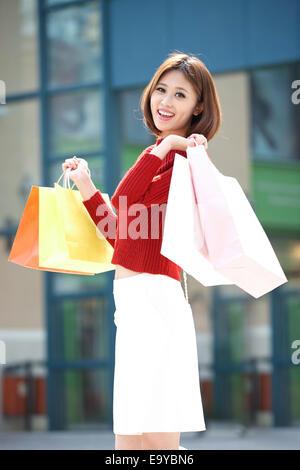 Junge Frau einkaufen - Stockfoto