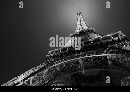 Eiffelturm in Paris bei Nacht, schwarz und weiß, niedrigen Winkel Ansicht - Stockfoto
