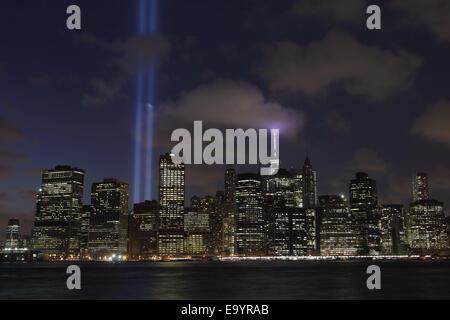 11.September angesehen Tribut in Lichtstrahlen über den East River aus Brooklyn 2014 - Stockfoto