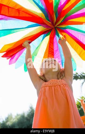 Mädchen Dekoration aufstellen - Stockfoto