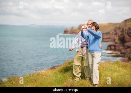 Paar nehmen Selfie, Coast Path in der Nähe von Marloes, Pembrokeshire Coast National Park, Wales, UK - Stockfoto