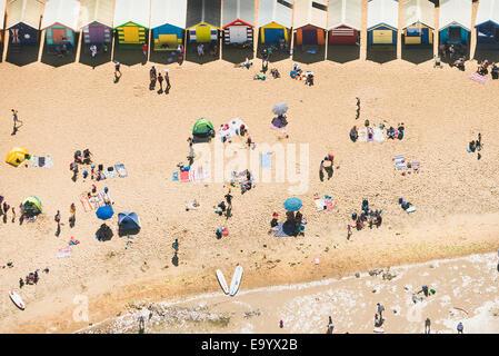Luftaufnahme der Urlauber und Strandhütten auf Brighton Beach, Melbourne, Victoria, Australien - Stockfoto
