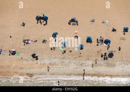 Luftaufnahme der Urlauber am Strand von Brighton, Melbourne, Victoria, Australien - Stockfoto