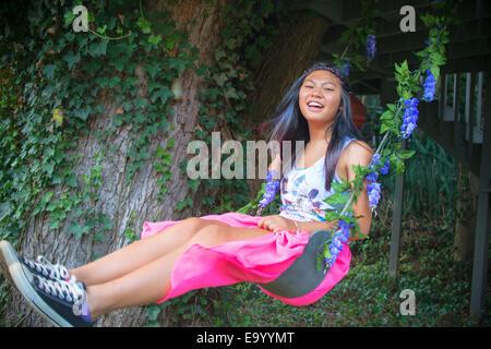 Porträt von Teenager-Mädchen auf Baum-Schaukel - Stockfoto