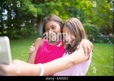 Mädchen, die Selfie in Garten - Stockfoto