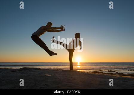 Menschen in springen und treten Posen am Windansea Beach, La Jolla, Kalifornien - Stockfoto