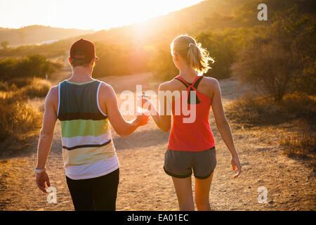 Jogger, sonnendurchfluteten Weg, Poway, Kalifornien, USA - Stockfoto