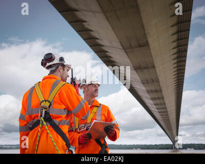 Brücke-Arbeiter mit Walkie-talkie unter Hängebrücke war Humber Bridge UK im Jahr 1981 erbaut. - Stockfoto
