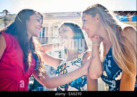 Drei jungen Freundinnen chatten auf Straße, Cagliari, Sardinien, Italien - Stockfoto