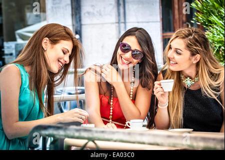 Drei jungen Freundinnen trinken Espresso am Bürgersteig Café, Cagliari, Sardinien, Italien - Stockfoto