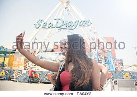 Zwei Frauen am Festplatz, Selbstportrait mit Smartphone - Stockfoto