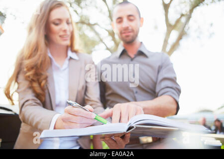 Unternehmer und Business Frau mit Papierkram - Stockfoto