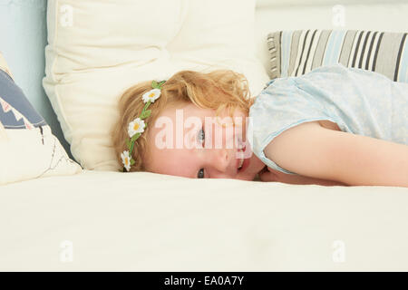 Porträt eines Mädchens am Sitz in Ferienwohnung liegen - Stockfoto