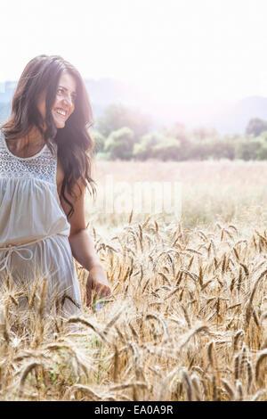 Junge Frau im Weizenfeld - Stockfoto