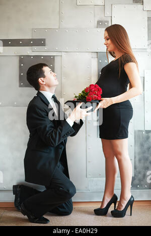 Stilvolle elegante Paar erwartet ein Baby. Frau im schwarzen Kleid ...