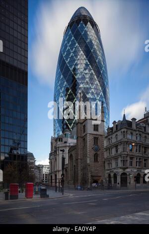 30 St. Mary Axe, The Gherkin, in Stadt von London, England, Großbritannien - Stockfoto