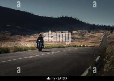 Mitte erwachsenen männlichen Motorradfahrer auf der Autobahn fahren - Stockfoto