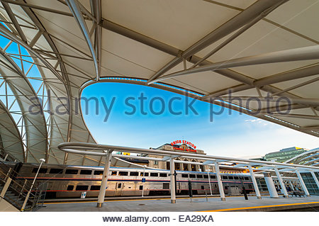 Der California Zephyr auf dem Weg von San Francisco nach Chicago, in der neu renovierten Denver Union Station, Downtown - Stockfoto