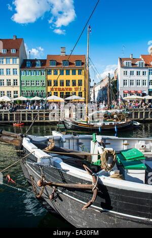 Angelboote/Fischerboote in Nyhavn, 17. Jahrhundert am Wasser, Kopenhagen, Dänemark, Skandinavien, Europa - Stockfoto