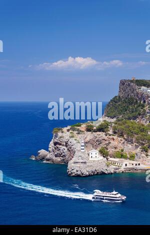 Ausflugsschiff bei Far de sa Creu Leuchtturm, Port de Soller, Mallorca (Mallorca), Balearen, Spanien, mediterran - Stockfoto