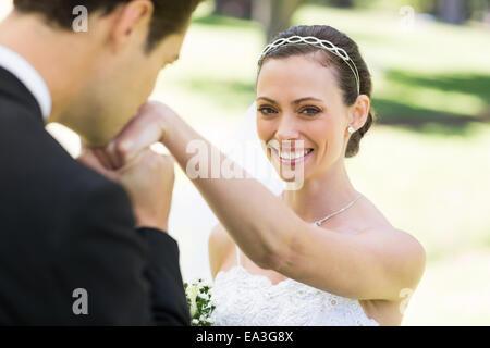 Küssen auf der Seite der schönen Braut Bräutigam - Stockfoto