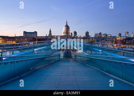 20. August 2013 London: London Millennium Bridge Panorama mit Saint-Paul Kathedrale beleuchtet bei Sonnenuntergang, - Stockfoto