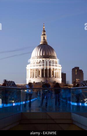 London, 19. August 2013: Saint-Paul Kathedrale Kuppel beleuchtet in der Nacht von einem blau beleuchteten Millennium - Stockfoto