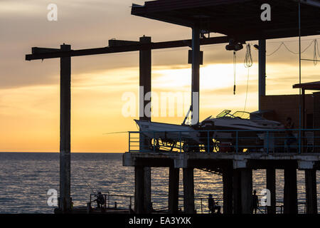 Motorboote am Pier, Sonnenuntergang, Schwarzes Meer, Sotschi, Region Krasnodar, Russland - Stockfoto