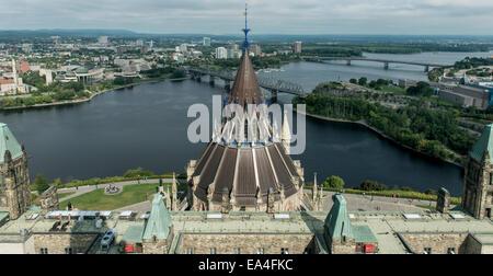 Brücken über den Ottawa River und Parlamentsgebäude; Ottawa, Ontario, Kanada - Stockfoto