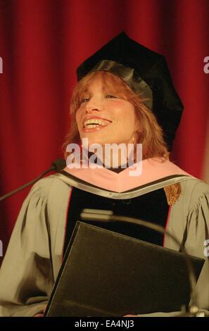 1. Mai 1998 - Boston, Massachusetts, USA - Pop-Ikone Sängerin CARLY SIMON, eine Mütze und Mantel tragen, wie sie - Stockfoto