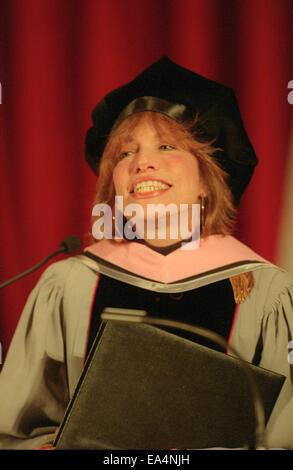 1. Mai 1998 - Boston, Massachusetts, USA - Pop-Ikone Sängerin CARLY SIMON, eine Mütze und Mantel tragen, wie sie, - Stockfoto