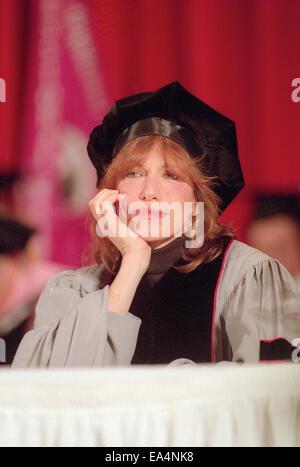 1. Mai 1998 - Boston, Massachusetts, USA - hört Pop-Ikone-Sängerin CARLY SIMON, trägt eine Mütze und Mantel ein - Stockfoto