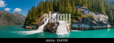 Panorama Blick auf einen Wasserfall fließt in Tracy Arm, Tongass National Forest, Südost-Alaska - Stockfoto