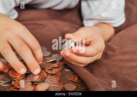 Kleiner Junge Hände zählen amerikanisches Geld; Connecticut, Vereinigte Staaten von Amerika - Stockfoto