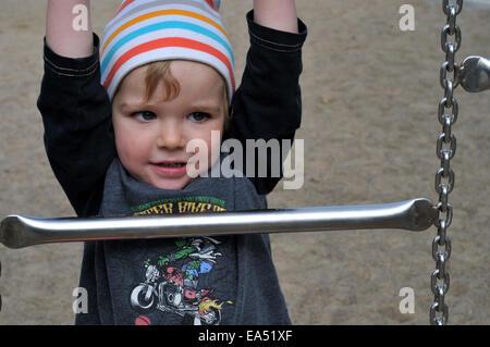 Klettergerüst Für 2 Jährige : Zwei jahre alter junge klettern aus dem kinderbett reisebett bett