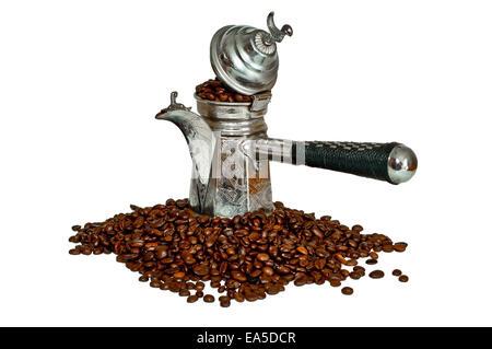 Isolierte türkischen Kaffee-Topf mit Bohnen auf weißem Hintergrund - Stockfoto