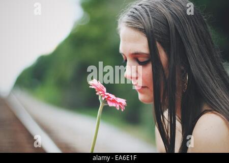 Junge Frau duftenden Gerbera Blume - Stockfoto