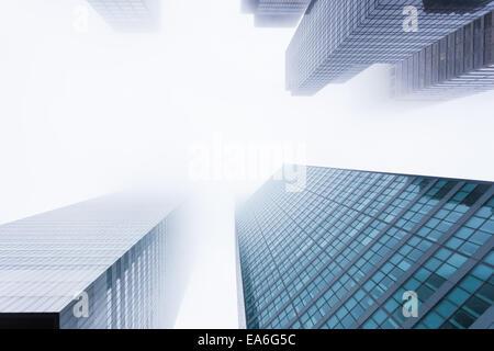 USA, Staat New York, New York City, Manhattan, Ansicht von Wolkenkratzern im Nebel - Stockfoto