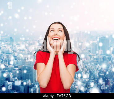 lächelnde Frau in rotem Kleid - Stockfoto