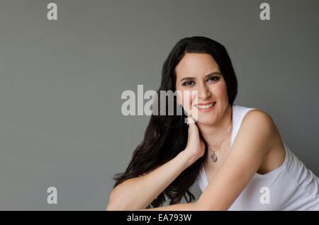 Studio-Porträt der lächelnde Brünette junge Frau - Stockfoto