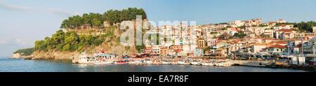 EPIRUS, GRIECHENLAND. Die bunten Meer Stadt Parga und seiner venezianischen Höhenburg. 2014. - Stockfoto