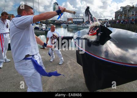 Nahaufnahme von der Oss & Teaser tanzen auf den Hafen Helling in der Nähe von Wasserrand in Padstow am ersten Mai - Stockfoto
