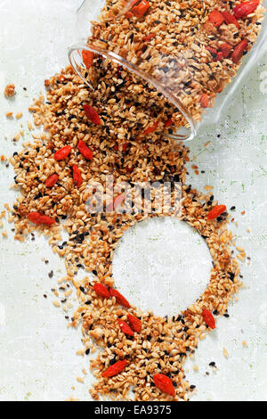 Müsli mit Chia-Samen, Leinsamen, Sesam und Goji-Beeren - Stockfoto