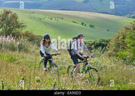 Ein junge Erwachsene paar Radtouren entlang der South Downs Way am Hintern Braue, Willingdon, in der Nähe von Eastbourne, - Stockfoto