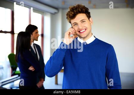 Glücklich Kaufmann am Telefon im Büro - Stockfoto