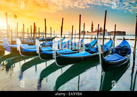 Gondeln festgemacht vom San Marco Platz mit San Giorgio di Maggiore Kirche im Hintergrund - Venedig, Venezia, Italien, Europa