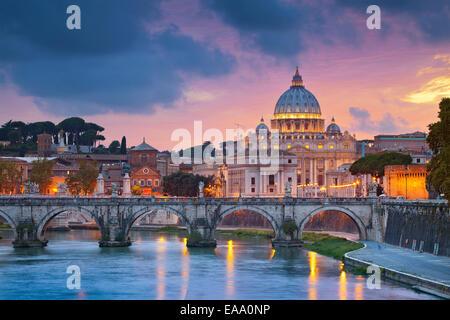 Blick auf Petersdom in Rom bei Sonnenuntergang. - Stockfoto