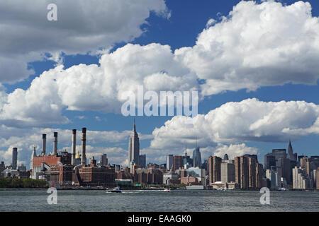 Skyline von Midtown Manhattan von Williamsburg, Brooklyn über den East River gesehen - Stockfoto