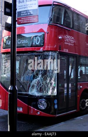 zertrümmerte Windschutz auf einen neuen Londoner Routemaster bus - Stockfoto