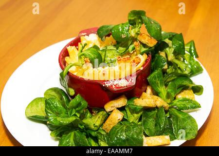 Schinken-Nudeln mit Feldsalat - Stockfoto